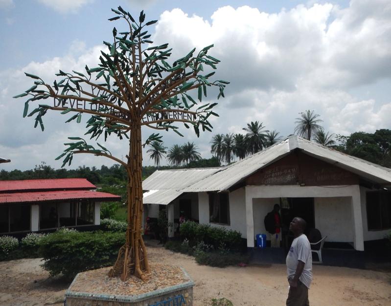 Der Friedensbaum des Künstlers Manfred Zbrzezny