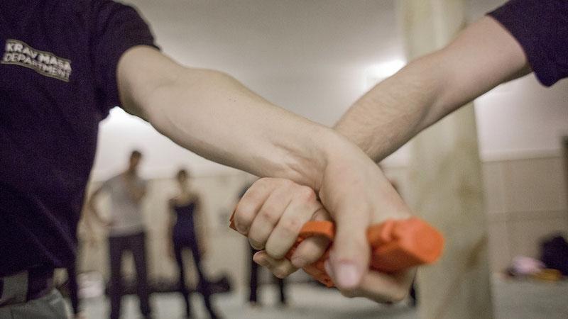 Abwehrtechnik im KRAV MAGA gegen Pistole