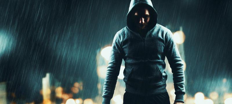 Ein Kämpfer im Regen. Dieses Foto symbolisiert, dass KRAV MAGA für die Verteidigung unter schwierigen Umständen konzipiert wurde.