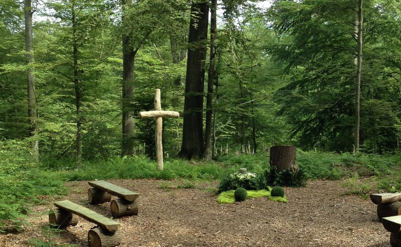 Andachtsplatz in einem Waldfriedhof
