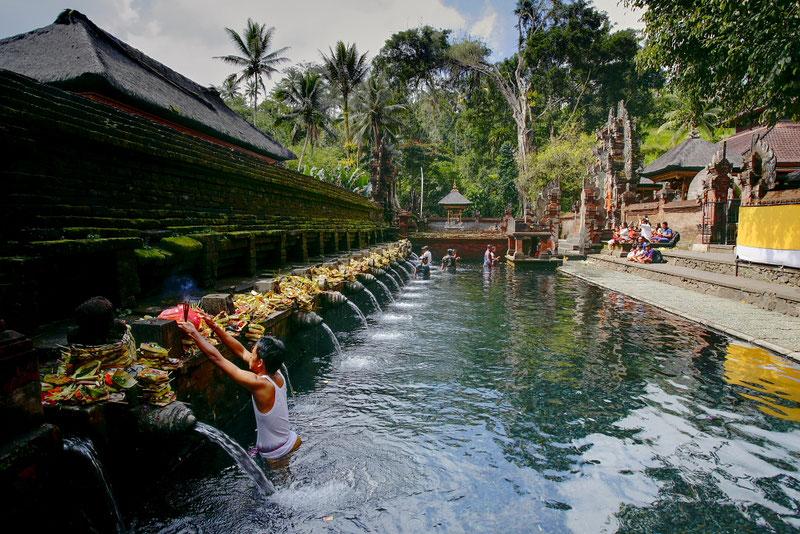 Ablutions dans les sources sacrées d'un temple à Bali