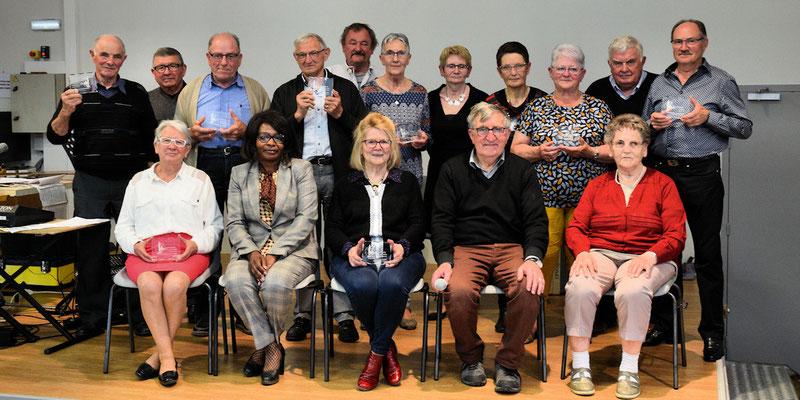 Photo de groupe après la remise d'un trophée GEMOUV à chaque président ou vice-président de club du secteur
