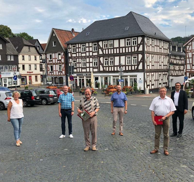 Es gratulierten (v. l. n. r.) Angelika Löber (MdL), Mike Klotz (Vorsitzender Ortsverein Biedenkopf), Joachim Thiemig (Bürgermeister) und Sören Bartol (MdB).