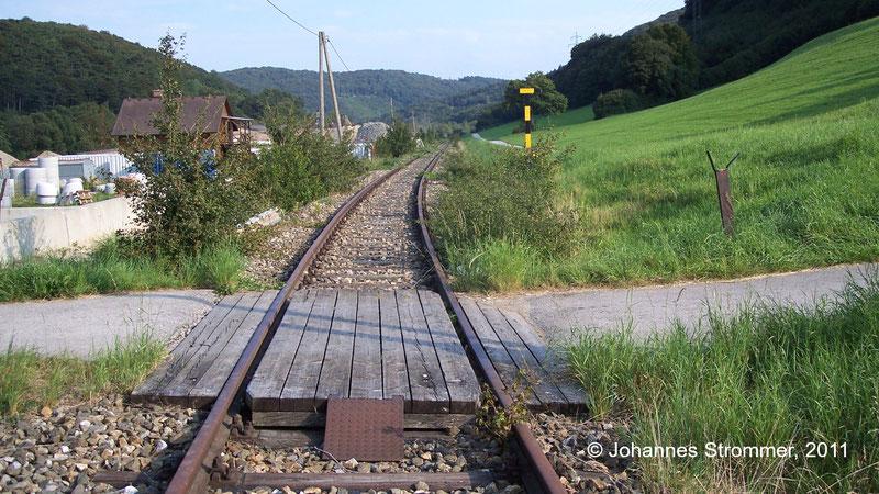 Bahnstrecke Weissenbach-Neuhaus - Hainfeld (Leobersdorfer Bahn); Bahnübergang zwischen Altenmarkt und Tasshof 2011.