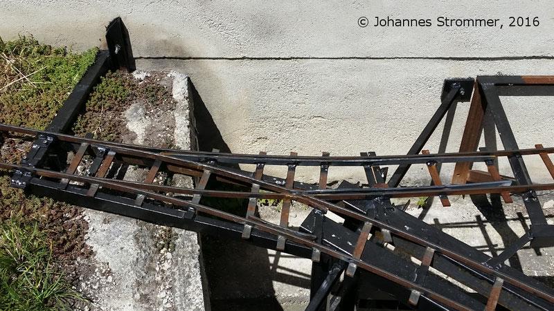 Außenbogenweiche meiner Gartenbahn 5 Zoll in ungünstiger Lage (negative Überhöhung, Neigungsänderung, Radius nur 2.5 m).