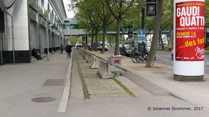 Ehemaliger Rest der Schleife um das Donauzentrum in der Siebeckstraße, wurde Ende 2017 entfernt.