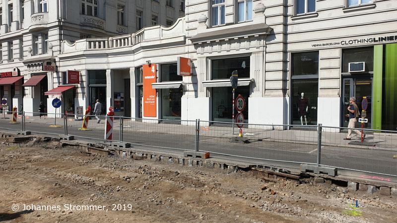 Reste eines ehemaligen Gleiswechsels der Wiener Straßenbahnlinien 61 und 63 (Gleisrest unter Asphalt).