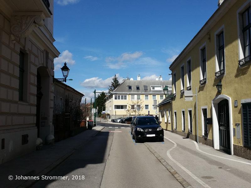 Straßenbahnlinie 360: Ehemalige Hst. Kirchenstraße; im Bildhintergrund die Kreuzung Liechtensteinstraße / Kirchenstraße. Auf dem rechten Haus sieht man eine Mauerrosette. Blick Richtung Wien Rodaun.