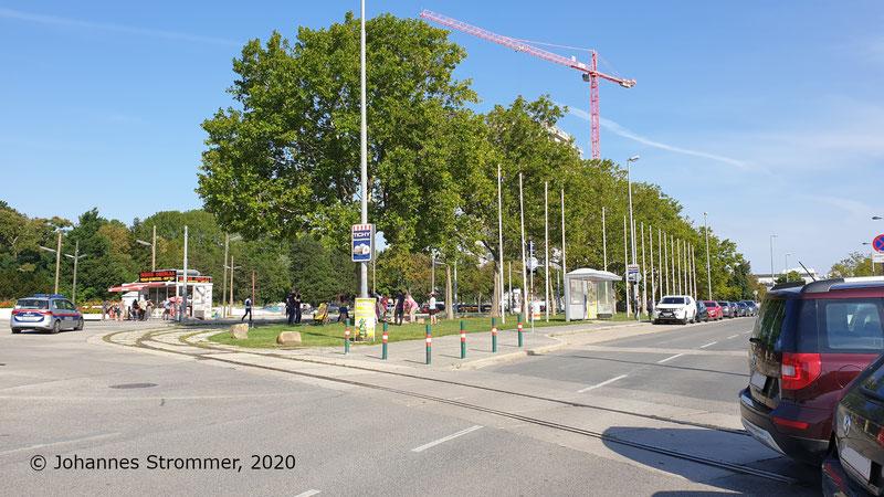 Links im Bild befand sich einst die zweigleisige Endstelle Oberlaa/Therme Wien der Straßenbahnlinie 67.