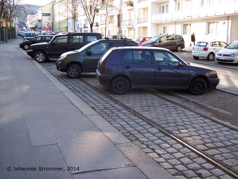 Gleisrest der Straßenbahnlinie 158 in Ober St. Veit bei der Fahrschule Hietzing (Nähe Costenoblegasse)