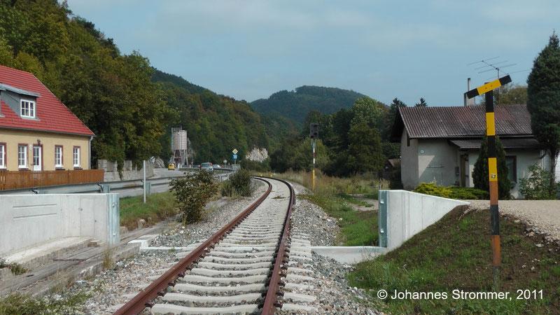 Bahnstrecke Weissenbach-Neuhaus - Hainfeld (Leobersdorfer Bahn); kurz vor dem Bahnhof Weissenbach-Neuhaus.