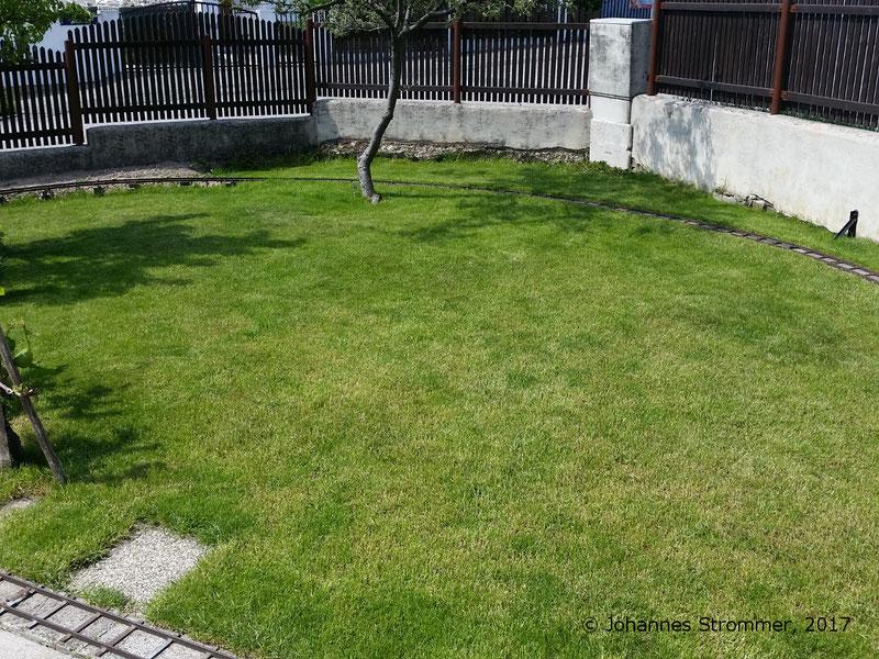 Abbildung 3: Trasse meiner Gartenbahn 5 Zoll in Mörbisch durch Wiese, Kurvenradius ca. 5 m