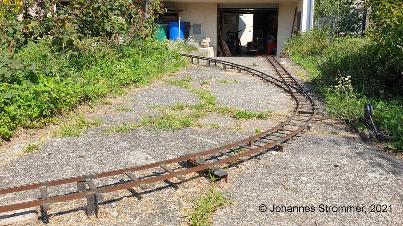 Gleisplan 5 Zoll: Strecke mit zwei Weichen, Abzweigradius 3.8 m bzw. 10 m. In der Garage ist die Lok zu erkennen.