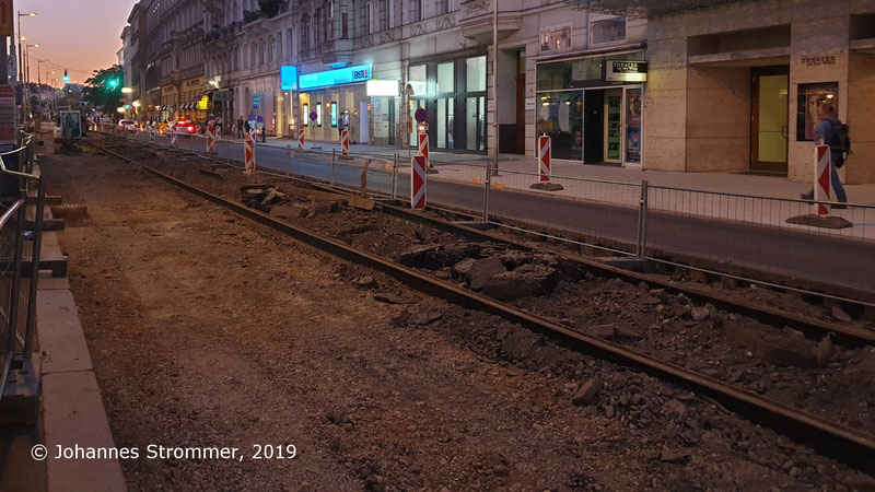 Gleisreste unter Asphalt der Straßenbahnlinien 61 und 63 (Wien, Linke Wienzeile beim Naschmarkt)