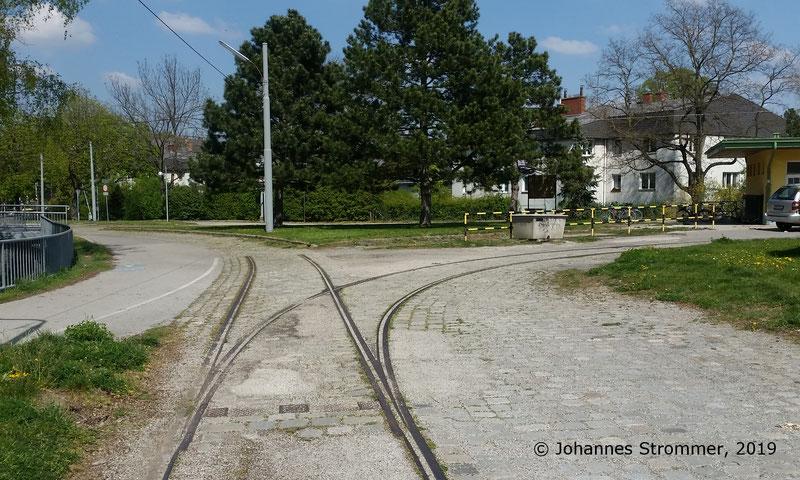 Gut erhaltene Weiche der ehemaligen Straßenbahnlinie 360 Rodaun - Mödling, bei der heutigen Endstelle Rodaun der Linie 60.