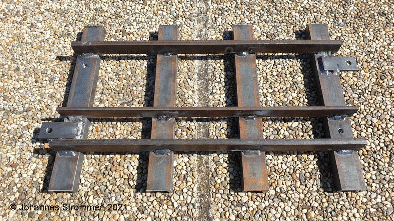 Dreischienengleis für Gartenbahnen mit den Spurweiten 127 mm (5 Zoll) und 184 mm (7 ¼ Zoll).