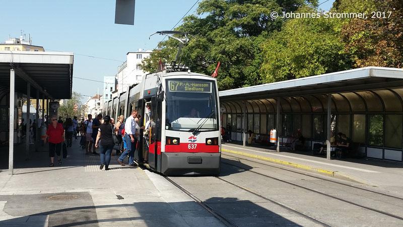 Diese Bild zeigt den Reumannplatz im Jahr 2017, als noch die Straßenbahnlinie 67 von dort bis zur Per-Albin-Hansson Siedlung fuhr.
