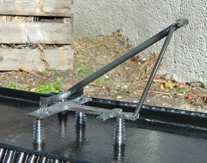 Einer der beiden Bügel im Bau - die Isolatoren wurden selbst gedreht.