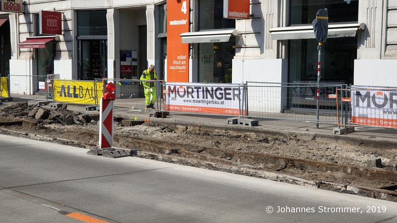 Reste einer Weiche der Wiener Straßenbahnlinien 61 und 63 (Gleisrest unter Asphalt).