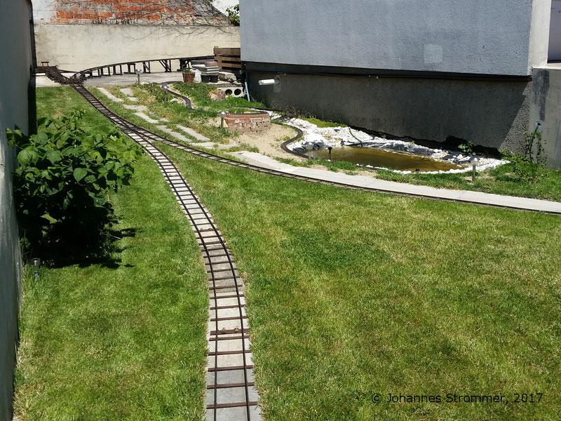 Gartenbahn 5 Zoll: Im linken Bildrand sieht man die Steigung meiner Gartenbahn 5 Zoll mit 12.5 %.