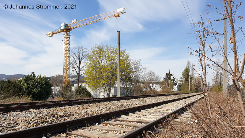 Gleise zum Nordwestbahnhof bei der Brücke über die Forsthausgasse, Blick Richtung Norden (April 2021)