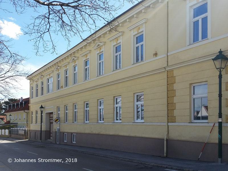 Straßenbahnlinie 360: In der Nähe der Hst. Gasfabrik (Josef Leeb Gasse), an der Hauswand sieht man zwei Mauerrosetten zur Befestigung der Oberleitung. Blick Richtung Mödling.