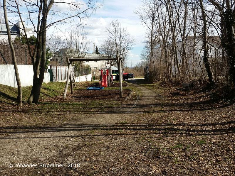 Straßenbahnlinie 360: Ausweiche Felsenkeller, erhaltener Gleisrest, Blick Richtung Mödling. Das 2. Gleis lag dort, wo jetzt der Spielplatz ist.