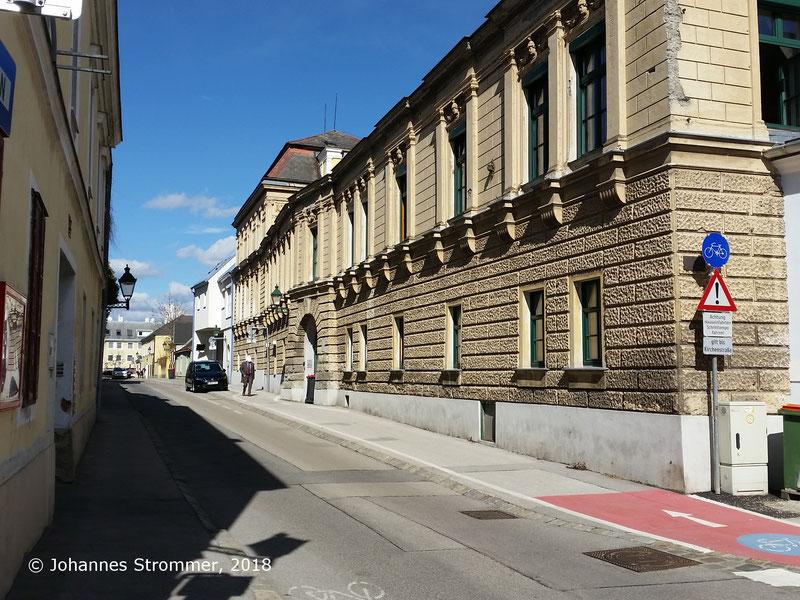 Straßenbahnlinie 360: Mauerrosette zur Befestigung der Oberleitung am Haus Ecke Liechtensteinstraße/Mariazeller Gasse, Blick Richtung Wien Rodaun.