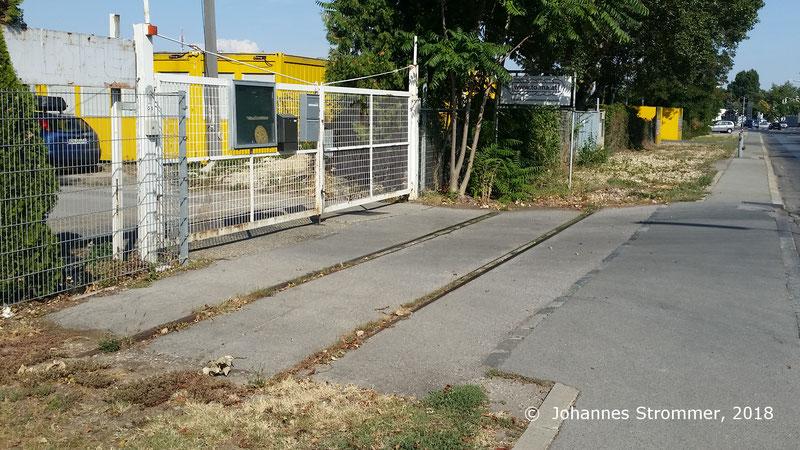 Gleisrest der Liesinger Schleppbahn in Wien, ehemalige Eisenbahnkreuzung.