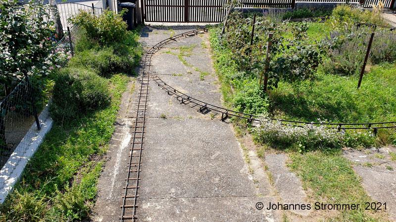 Gartenbahn 5 Zoll: Dieselben Weichen wie in den beiden vorigen Bildern, diesmal von oben aus betrachtet. Man kann noch teilweise die frühere Trassierung erkennen.