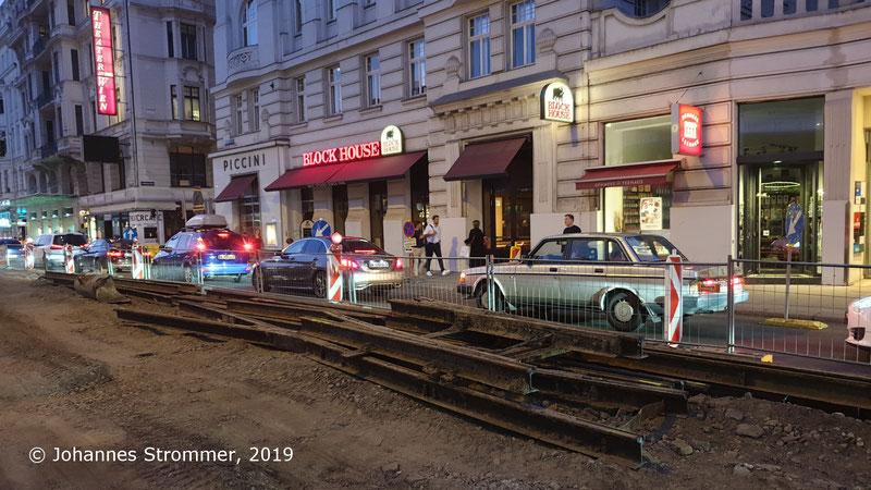Ausgebaute Weiche eines Gleiswechsels der ehemaligen Straßenbahnlinien 61 und 63 in der Linken Wienzeile beim Naschmarkt (Gleisrest unter Asphalt).