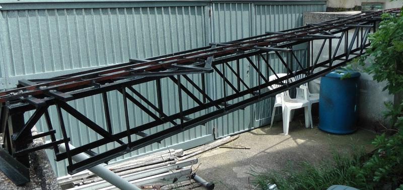 Gartenbahn 5 Zoll: Fachwerkbrücke der Gartenbahn, Spannweite 4.8 m. Anstelle der Blechgarage befindet sich jetzt die große Rampe aus Abbildung 10 bzw 11.
