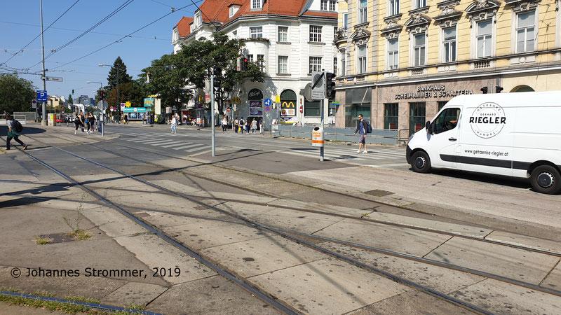 Derselbe Gleisrest wie in der vorigen Abbildung, allerdings von der anderen Seite aus gesehen. (Gleis der Straßenbahnlinie 58 in Hietzing)