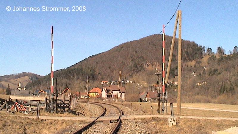 Bahnstrecke Weissenbach-Neuhaus - Hainfeld (Leobersdorfer Bahn); Bahnübergang zwischen Altenmarkt und Tasshof 2008.