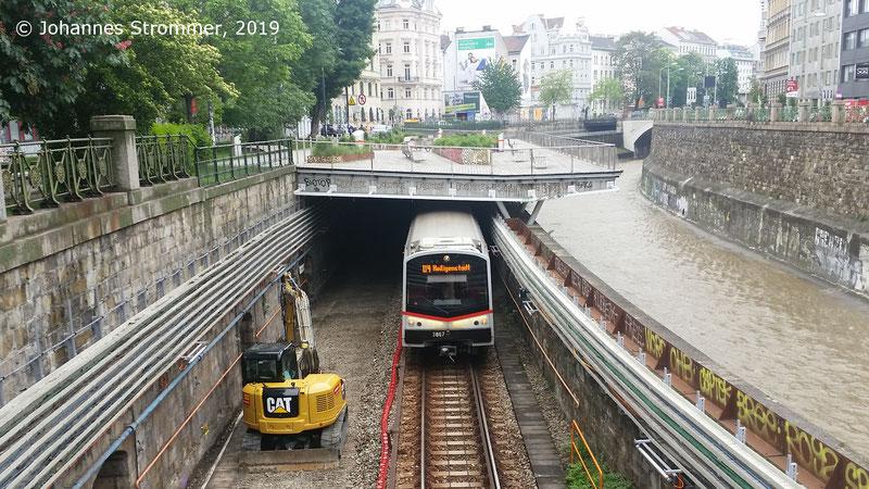 NEU4: Vor der Station Pilgramgasse. Dieser Zug fährt nach Heiligenstadt, allerdings auf dem falschen Gleis.