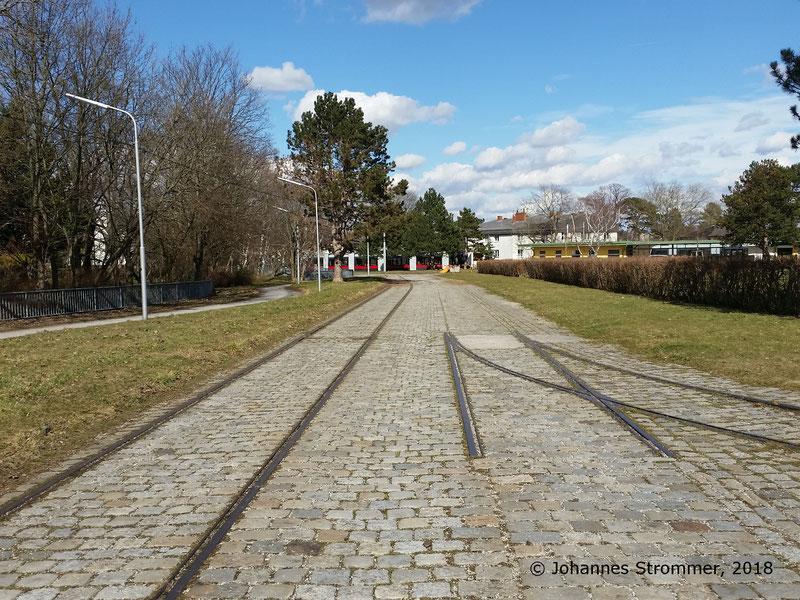 Fotostandort 1d: Hier mündet der in den beiden vorigen Abbildungen sichtbare Gleisbogen ein. Blick Richtung Endstelle der Straßenbahnlinie 60.