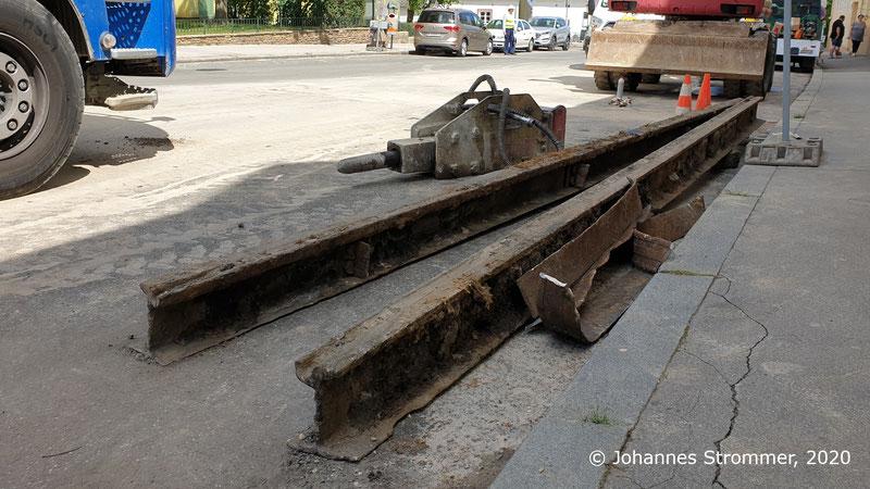 Ausgebaute Schienen der ehemaligen Linie 158 in der Hietzinger Hauptstraße in Ober St. Veit (Gleisrest unter Asphalt)