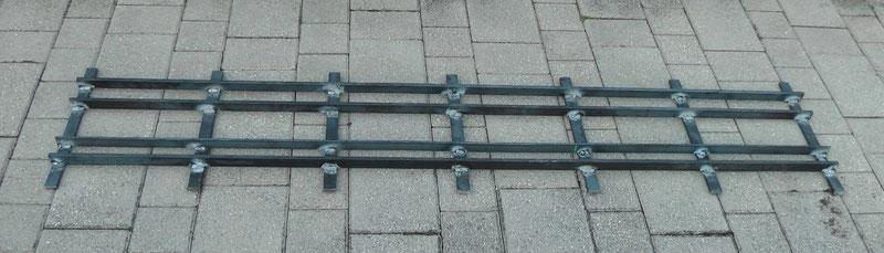 Seitenansicht des Vierschienengleises für die Spurweiten 5 Zoll (127 mm), 7 1/4 Zoll (184 mm) und 10 1/4 Zoll (260 mm).