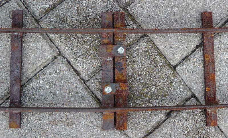 Verbindung der Gleise mittels zweier M6 Schrauben.