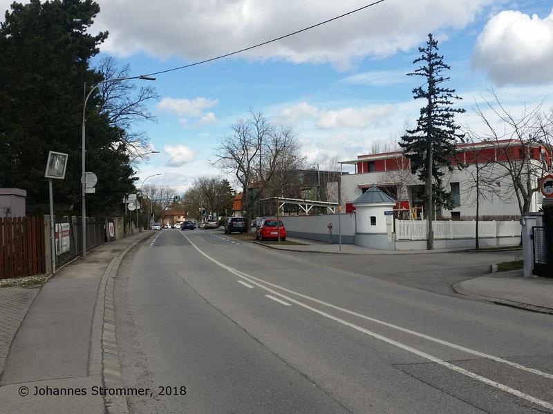 Straßenbahnlinie 360: Auch hier wurde die Donauwörther Straße auf der Trasse errichtet. Die Aufnahme entstand bei der Abzweigung der Franz-Josef-Straße. Ganz in der Nähe steht ein Haus mit zwei Mauerrosetten.