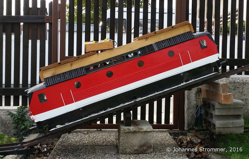 Lokomotive 1144 meiner Gartenbahn 5 Zoll in einer 35 % Steigung, Anfahren gerade noch möglich (Versuchsaufbau). Dafür wird ein Haftreibungsbeiwert von etwas größer als 0.35 benötigt.
