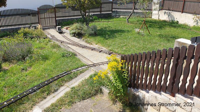 Gartenbahn 5 Zoll: Die Gleise über den Weg können in wenigen Minuten auf- bzw. abgebaut werden.