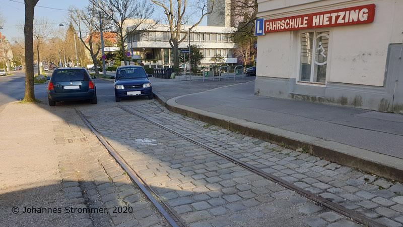 Hier sieht man denselben Gleisrest der Straßenbahnlinie 158 wie im vorigen Bild, allerdings Blick Richtung Unter St. Veit.