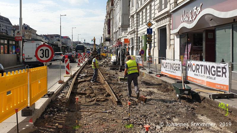 Reste der ehemaligen Gleise der Wiener Straßenbahnlinien 61 und 63 (Gleisrest unter Asphalt).