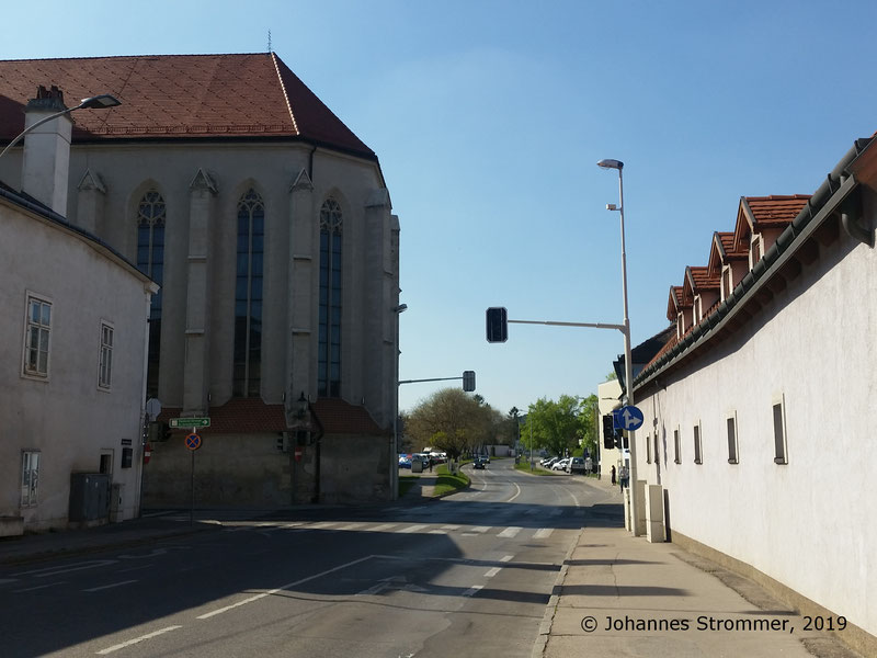 Straßenbahnlinie 360: Hier, an der Kreuzung von Donauwörther Straße und Wiener Gasse, befand sich einst die Ausweiche Wienergasse. Blick Richtung Wien Rodaun.
