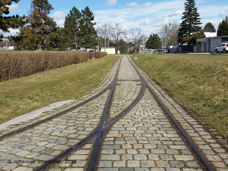 Straßenbahnlinie 360: Das Herzstück ist schon zugeschweißt, somit sind zuletzt nur mehr Geradeausfahrten möglich gewesen. Blick Richtung Endstelle der Straßenbahnlinie 60.
