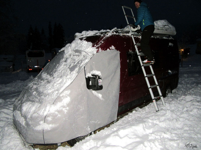 Wintercamping - Cleaning the roof
