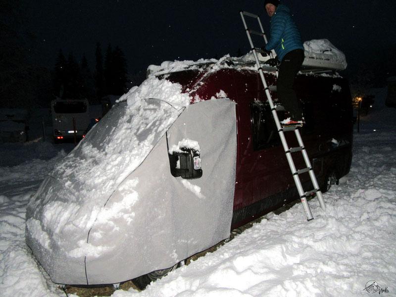 Wintercamping - Dach freischaufeln