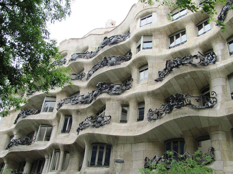 La Casa Milà , « La Pedrera » ,  érigée entre 1906 et 1910 par Gaudí.