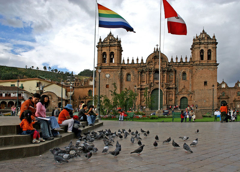 Kusko centrinėje aikštėje priešais katedrą plevėsuoja Peru ir Inkų imperijos vėliavos